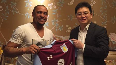 Roberto Carlos bersama pemilik Aston Villa, Tony Xia. - INDOSPORT