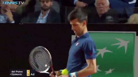 Aksi lucu Novak Djokovic saat tampil di babak perempatfinal Italia Terbuka 2017. - INDOSPORT