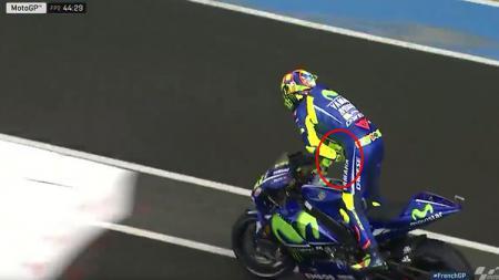 Tindakan lucu Valentino Rossi sebelum memulai sesi latihan bebas kedua MotoGP Prancis. - INDOSPORT