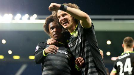 David Luiz merayakan kemenangan Chelsea sebagai jawara Liga Primer Inggris bersama Willian. - INDOSPORT