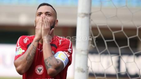 Kekecewaan striker Semen Padang, Marcel Sacramennto usai gagal mencetak gol. - INDOSPORT