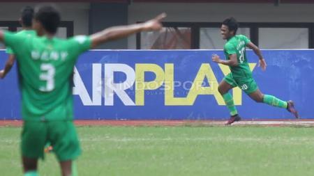 Selebrasi pemain Bhayangkara FC, Ilham Udin Armaiyn (kanan) usai mencetak gol ke gawang Semen Padang. - INDOSPORT