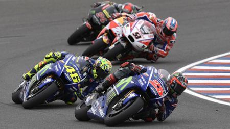 Maverick Vinales dan Valentino Rossi saat menjalani balapan di MotoGP Argentina. - INDOSPORT