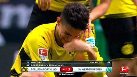 Marc Bartra menangis usai menang dramatis di laga pamungkas Bundesliga. - INDOSPORT