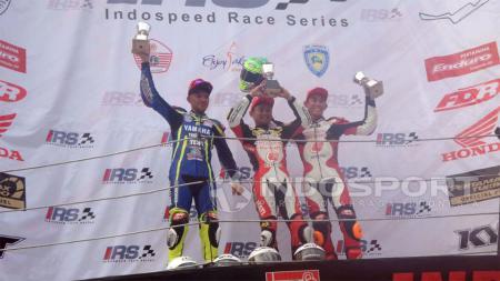 Rheza Danica saat merayakan kemenangannya di balapan pertama Indospeed 2017 kelas 250 cc. - INDOSPORT