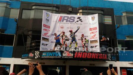 Reynaldo Ratukore berhasil meraih podium juara saat balapan kedua Indospeed Race 2017 kelas 250 cc. - INDOSPORT