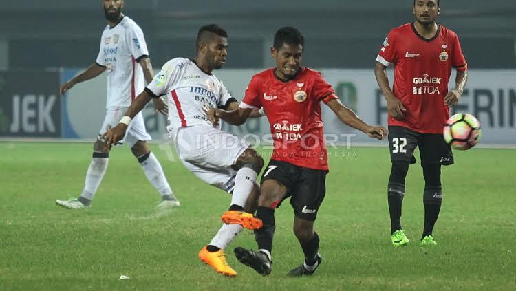 Duel antara Yabes Roni dan Ramdani Lestaluhu di lini tengah. Copyright: Herry Ibrahim/Indosport