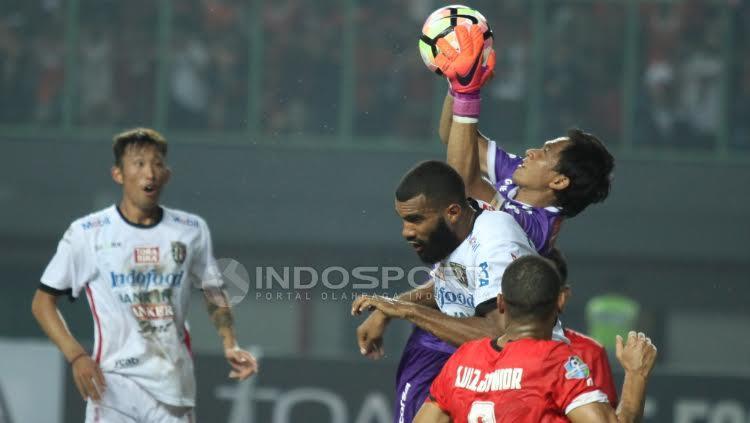 Kiper Bali United, I Made Wardana berhasil mengamankan gawangnya dari serangan Persija Jakarta. Copyright: Herry Ibrahim/Indosport