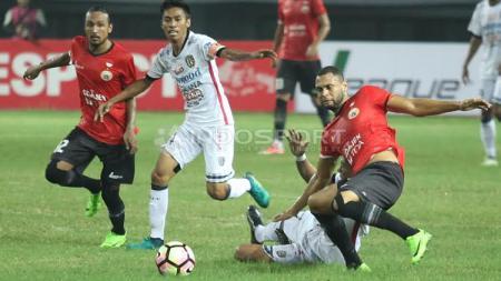 Aksi Luis Carlos de Junior saat melawan Bali United. - INDOSPORT