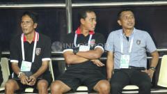 Indosport - Pelatih Bali United FC, Widodo C Putro berbincang dengan asistennya Eko Pujianto.