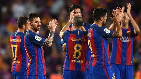 Lionel Messi dan para pemain Barcelona mengapresiasi dukungan dari para suporter. - INDOSPORT