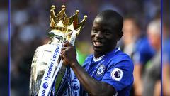 Indosport - N'Golo Kante saat memberikan gelar juara Liga Primer Inggris untuk Chelsea di musim 2016/17.