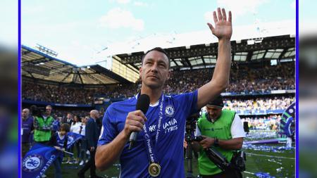 Bek tengah sekaligus kapten Chelsea, John Terry saat mengucapkan terima kasih kepada fans Chelsea di tribun penonton Stamford Bridge di akhir musim 2016/17 lalu. - INDOSPORT