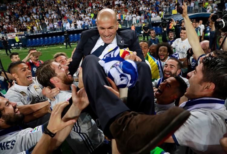 Pelatih Real Madrid, Zinedine Zidane diangkat oleh anak-anak asuhnya usai memastikan gelar La Liga Spanyol 2016/17. Copyright: Gonzalo Arroyo Moreno/Getty Images