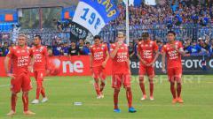 Indosport - Para pemain Arema FC berjalan gontai seakan tak percaya kekalahan dari Persela begitu telak.