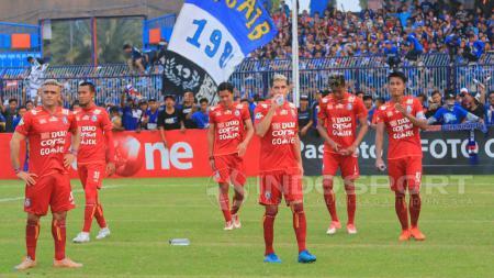 Para pemain Arema FC berjalan gontai seakan tak percaya kekalahan dari Persela begitu telak. - INDOSPORT