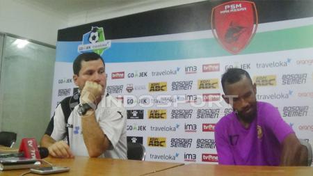 Muhammad Nur Iskandar ditemani coach Osvaldo Lessa usai laga melawan PSM Makassar. - INDOSPORT