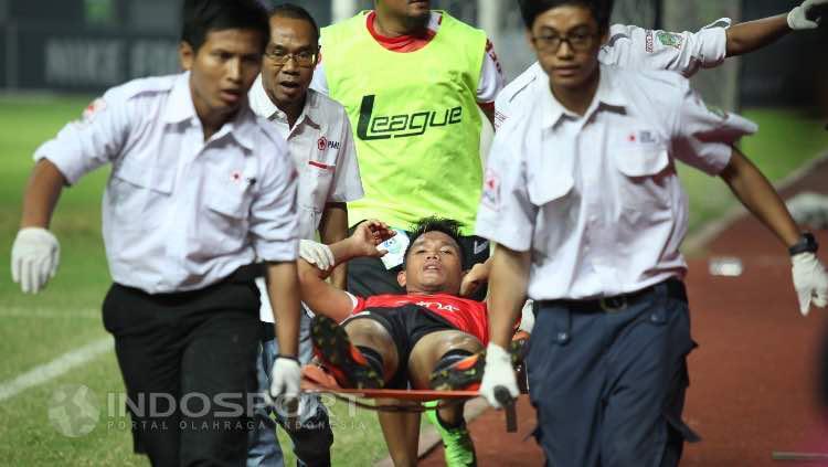 Gelandang Persija, Sandi Darma Sute terkapar Copyright: Herry Ibrahim/Indosport