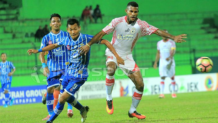 Marinus saat berebut bola dengan Iqbal Samad. Copyright: Ian Setiawan/INDOSPORT