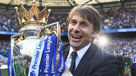 Antonio Conte dan trofi Liga Premier Inggris. - INDOSPORT