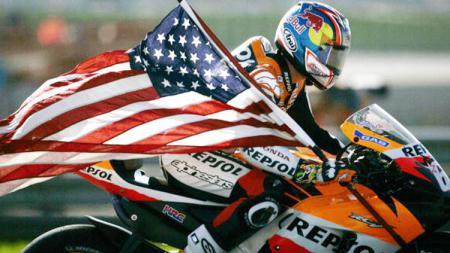 Nicky Hayden selebrasi saat juara MotoGP Valencia pada 2006. - INDOSPORT