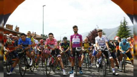 Para pembalap memberikan penghormatan sebelum memulai balap Giro d'Italia.