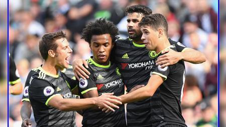 Para pemain Chelsea, Cesar Azpilicueta (kiri), Willian (kedua dari kiri), Diego Costa (kedua dari kanan), dan mantan pemain Chelsea, Oscar. - INDOSPORT