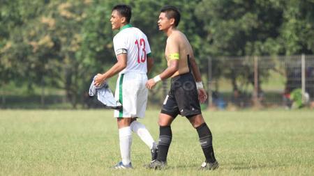 Rachmat Irianto (kiri) mendapat jersey Persija dari Bambang Pamungkas usai laga. Anak dari legenda, Bejo Sugiantoro ini bermain sangat baik di lini belakang Timnas U-19. - INDOSPORT
