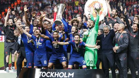Aksi selebrasi tim Manchester United usai memenangkan pertandingan sebagai juara Liag Europa musim 2016/17. - INDOSPORT