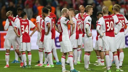 Pemain Ajax Amsterdam tampak lesu setelah pertandingan usai. - INDOSPORT