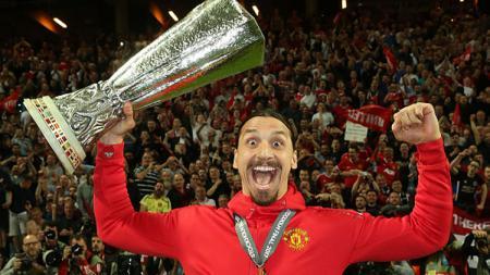 Zlatan Ibrahimovic mengangkat trofi Liga Europa. - INDOSPORT