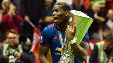Selebrasi Paul Pogba dan trofi Liga Europa. - INDOSPORT