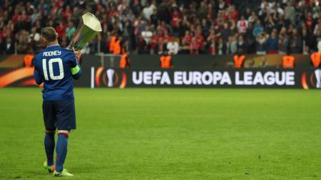 Wayne Rooney selebrasi dengan trofi Liga Europa. - INDOSPORT
