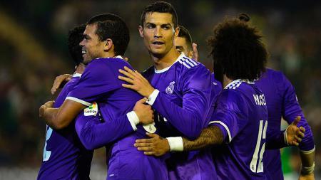 Skuat Real Madrid saat mengenakan jersey tandang berwarna ungu. - INDOSPORT
