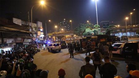 Ledakan bom yang terjadi di Kampung Melayu. - INDOSPORT