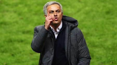 Jose Mourinho mengacungkan jari telunjuknya ke arah tribun penonton, pasca menjuarai Liga Europa. - INDOSPORT