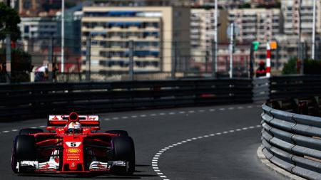 Pembalap Ferrari ketika sedang melaju di lintasan balap. - INDOSPORT