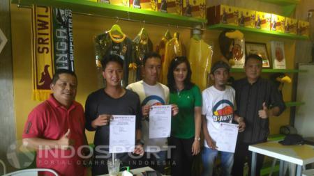 Manajemen Sriwijaya FC memberikan syarat lisensi penggunaan logo klub kepada pedagang merchandise. - INDOSPORT