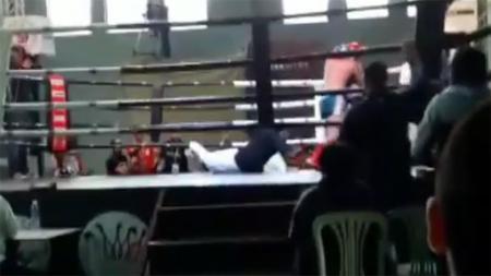 Seorang wasit terjatuh ke lantai ring saat memimpin sebuah pertarungan muaythai di Lebanon. - INDOSPORT