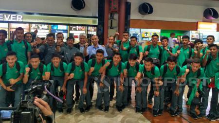 Skuat Timnas U-19 foto bersama jelang berangkat ke Prancis di Bandara Soekarno-Hatta. - INDOSPORT