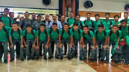 Skuat Timnas U-19 foto bersama sebelum berangkat ke Prancis di Bandara Soekarno-Hatta. - INDOSPORT