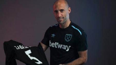 Pablo Zabaleta resmi menjadi pemain West Ham United. - INDOSPORT