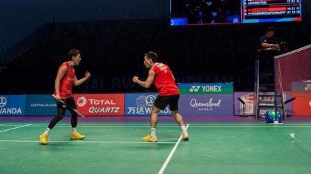Pebulutangakis Indonesia, Hendra Setiawan, Mohammad Ahsan, dan Kevin Sanjaya memberi dukungan kepada rivalnya dari Jepang, Takeshi Kamura, yang pensiun. - INDOSPORT