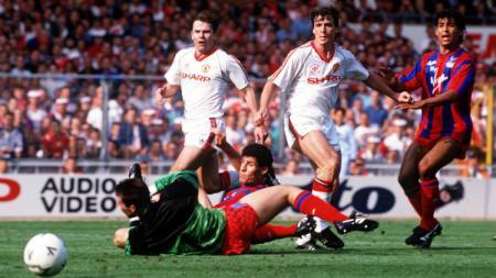 Gol milik Mark Hughes memaksa Crystal Palace melakoni laga ulang. - INDOSPORT