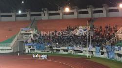 Para pemain Persela Lamongan mendatangi para suporter usai laga.
