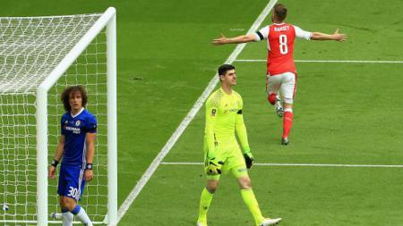 Aaron Ramsey (kanan) merayakan golnya ke gawang Chelsea. - INDOSPORT