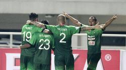 Para pemain PS TNI meluapkan kegembiraan usai mencetak gol ke gawang Persela Lamongan.