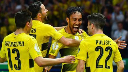 Selebrasi para pemain Borussia Dortmund saat membobol gawang Frankfurt. - INDOSPORT