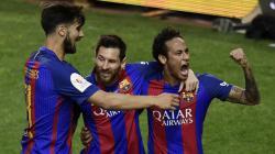 Skuat Barcelona merayakan gol Lionel Messi di babak pertama.