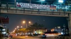 Banner Totti di Jembatan Margonda, Depok, Jawa Barat.